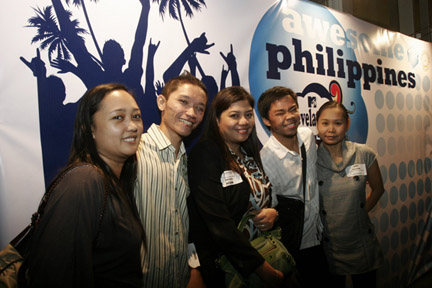 Bloggers Grace, Jonel, Mich, Bleue and Joy (Photo by http://awesomephilippinesatmcafe.blogspot.com/)